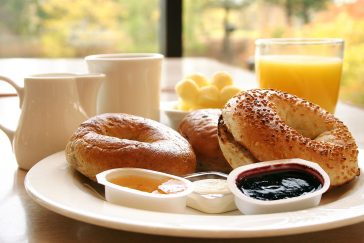 Ein reichhaltiges Frühstück in freundlicher Atmosphäre.